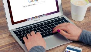 laptop z wynikami Google